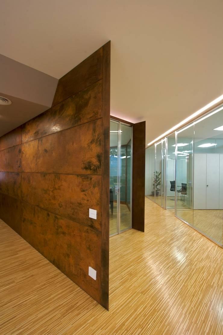 sala riunioni, rivestimento in acciaio corten: Complessi per uffici in stile  di Daniele Arcomano