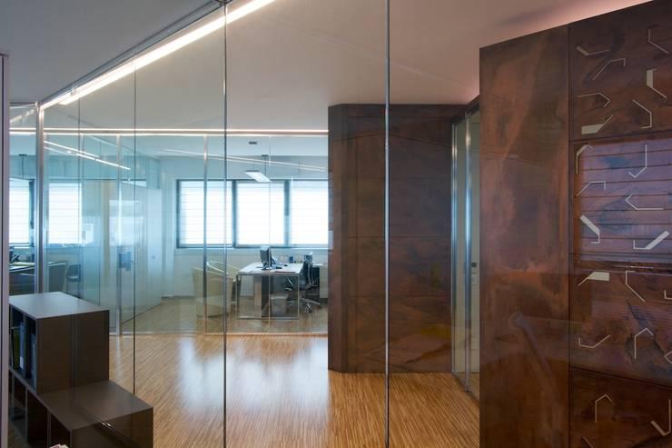 uffici operativi e direzionali, con la sala riunioni: Complessi per uffici in stile  di Daniele Arcomano