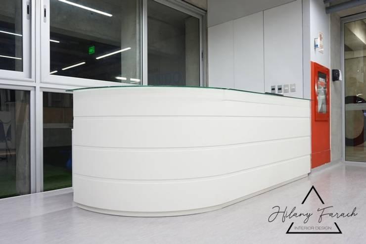 Proyecto Comercial – Biblioteca Universidad Utec: Escuelas de estilo  por Farach Interior Design