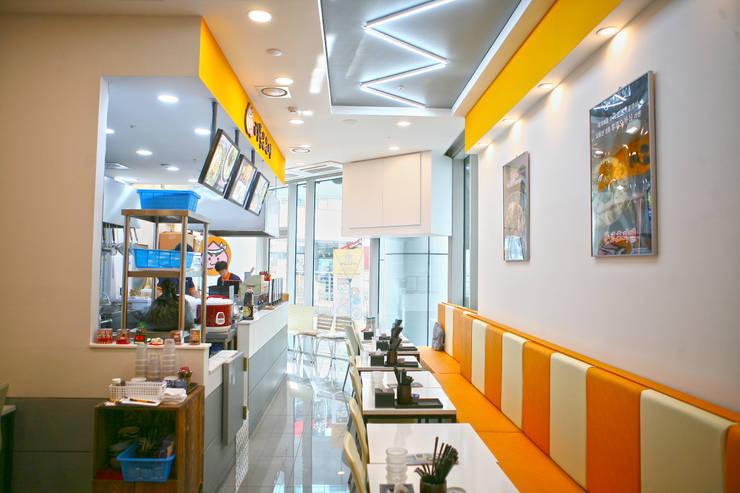 Sala da pranzo in stile  di 8sky design