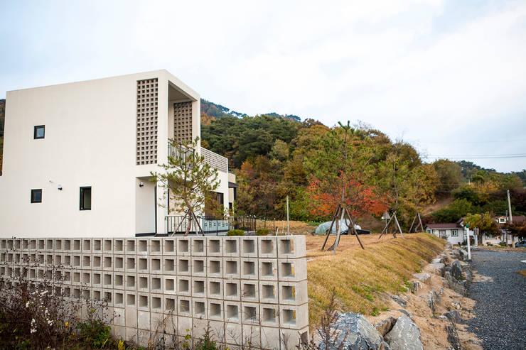 포전리주택: 8sky design의  목조 주택