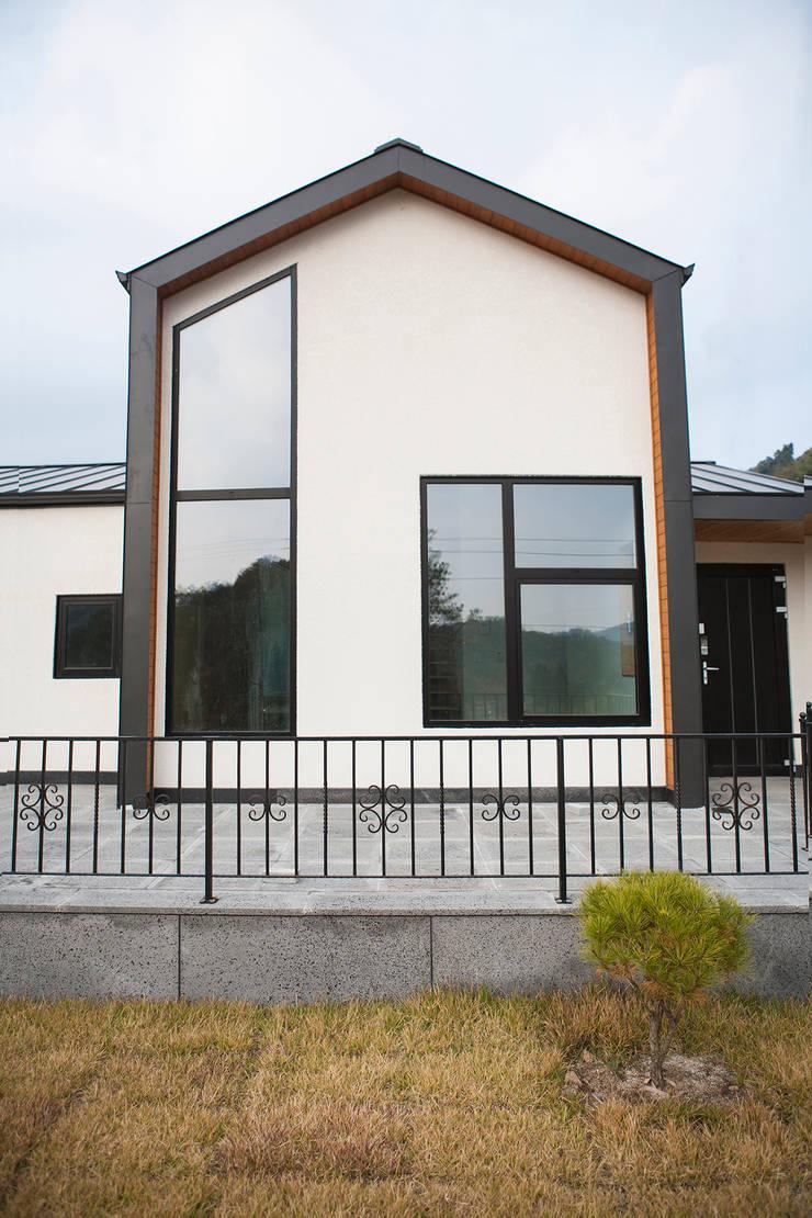 제천전원주택: 8sky design의  목조 주택