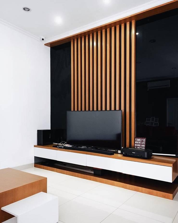 Meja Televisi :  Multimedia room by FIANO INTERIOR