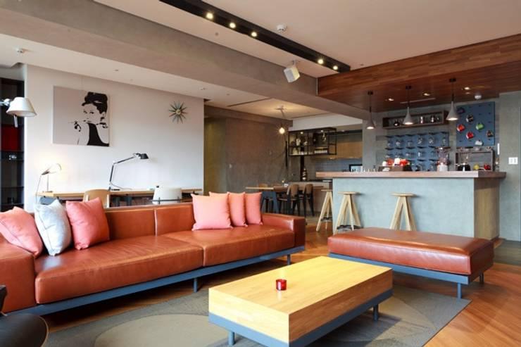 搶眼的棕紅色皮沙發是整個客廳空間的主角:  客廳 by 直方設計有限公司