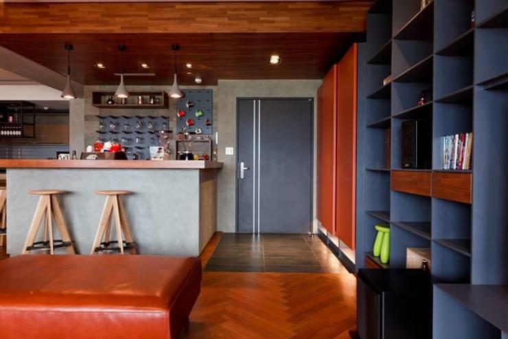 利用客廳一角打造一個吧檯:  客廳 by 直方設計有限公司