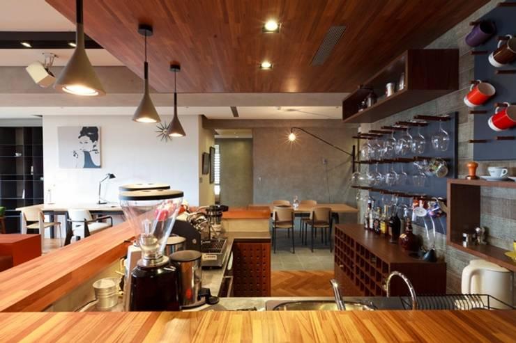 早午餐或是下午茶咖啡都可以在此度過:  客廳 by 直方設計有限公司