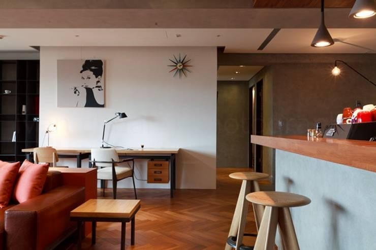 在寬敞的客廳也放上書桌當作簡便的工作檯:  書房/辦公室 by 直方設計有限公司