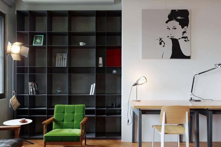 大面的收納牆櫃:  牆面 by 直方設計有限公司