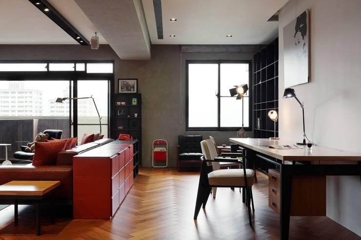客廳與工作空間利用櫃子隔出,也讓雜物有收納空間:  客廳 by 直方設計有限公司