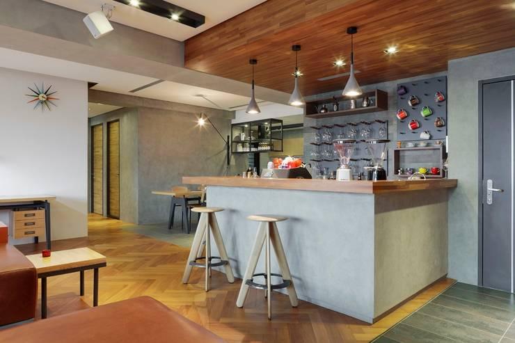 木製天花板讓整個空間更有酒吧的氛圍:  客廳 by 直方設計有限公司