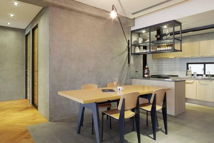 用餐空間與廚房透過櫥櫃隔開,但又不會阻擋在兩個不同空間的人之間交流:  餐廳 by 直方設計有限公司
