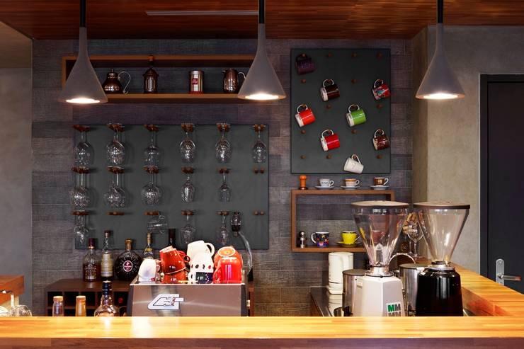 利用吧檯的牆面掛置酒杯與馬克杯,成為另類的裝飾:  牆面 by 直方設計有限公司