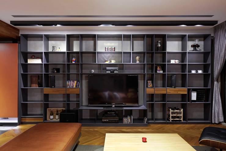 客廳的電視牆擁有龐大收納機能,隨著擺放不同的物件而變換空間視覺:  牆面 by 直方設計有限公司