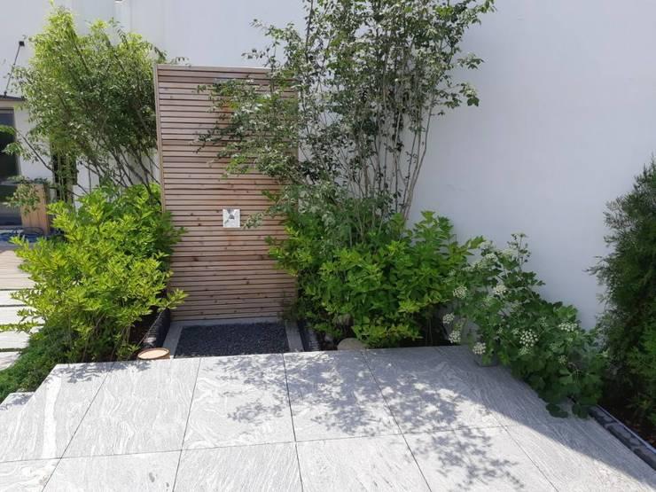 펜트하우스조경: (주)더숲의  정원,