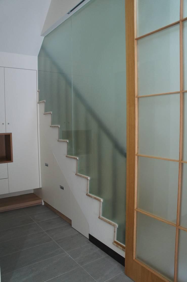 玄關屏風設計:  走廊 & 玄關 by houseda
