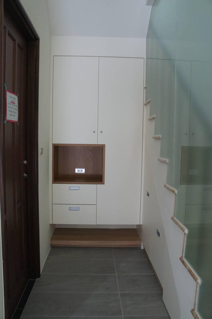 玄關鞋櫃設計:  走廊 & 玄關 by houseda