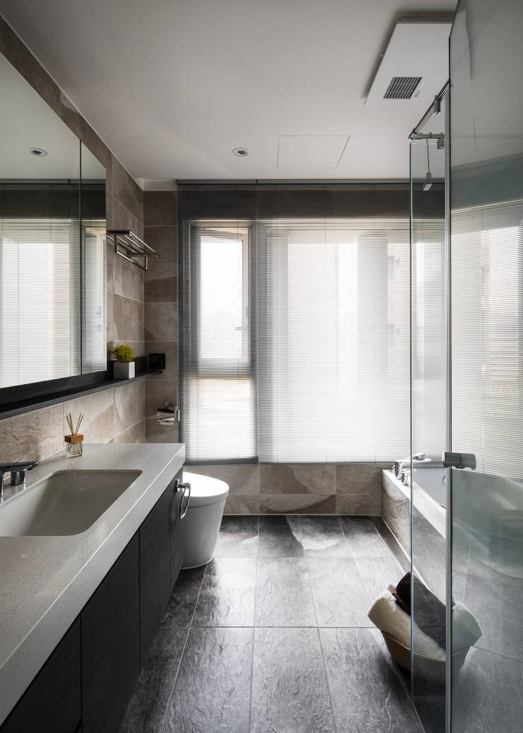 信義張宅:  浴室 by 東江齋空間設計