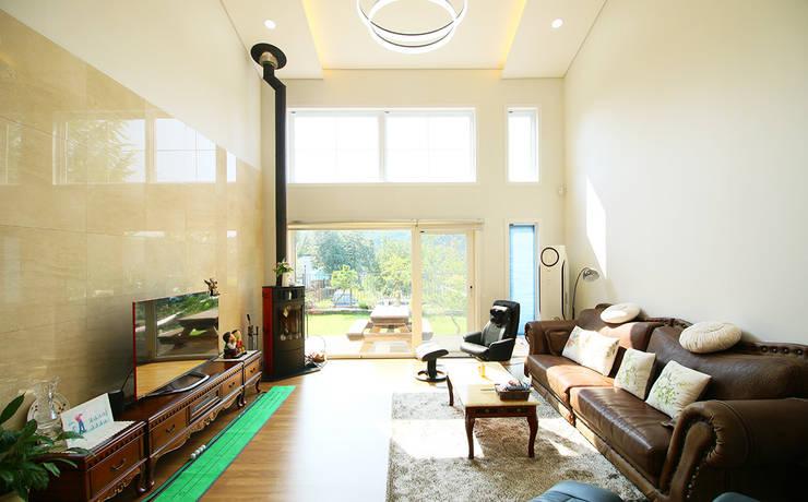 주택 내부: 더존하우징의  거실