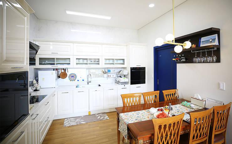 주택 내부: 더존하우징의  주방