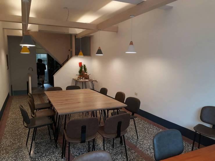 二樓寬敞的空間擺放大桌:  餐廳 by 奕禾軒 空間規劃 /工程設計