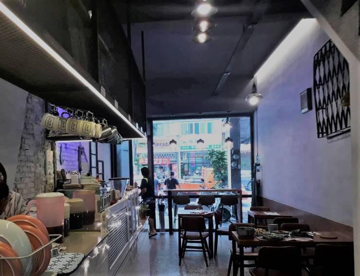 大片的落地窗除了讓店鋪空間光亮之外,也能讓外面的人一眼就能望進店內:  辦公空間與店舖 by 奕禾軒 空間規劃 /工程設計
