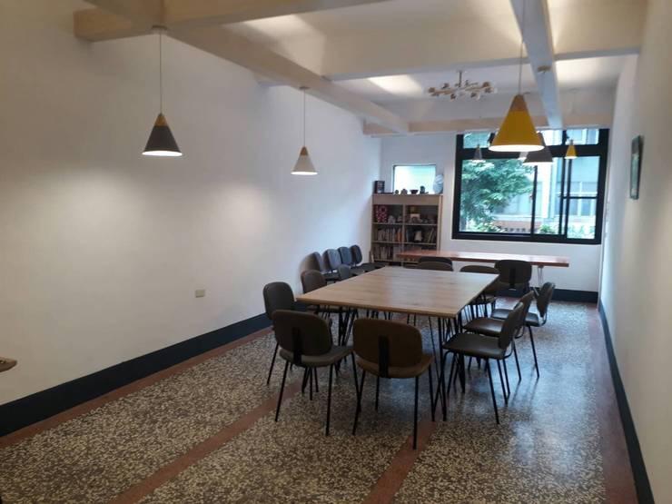 二樓雅座保留老屋原本石地板,搭配幾盞吊燈,兼具復古與前衛:  餐廳 by 奕禾軒 空間規劃 /工程設計
