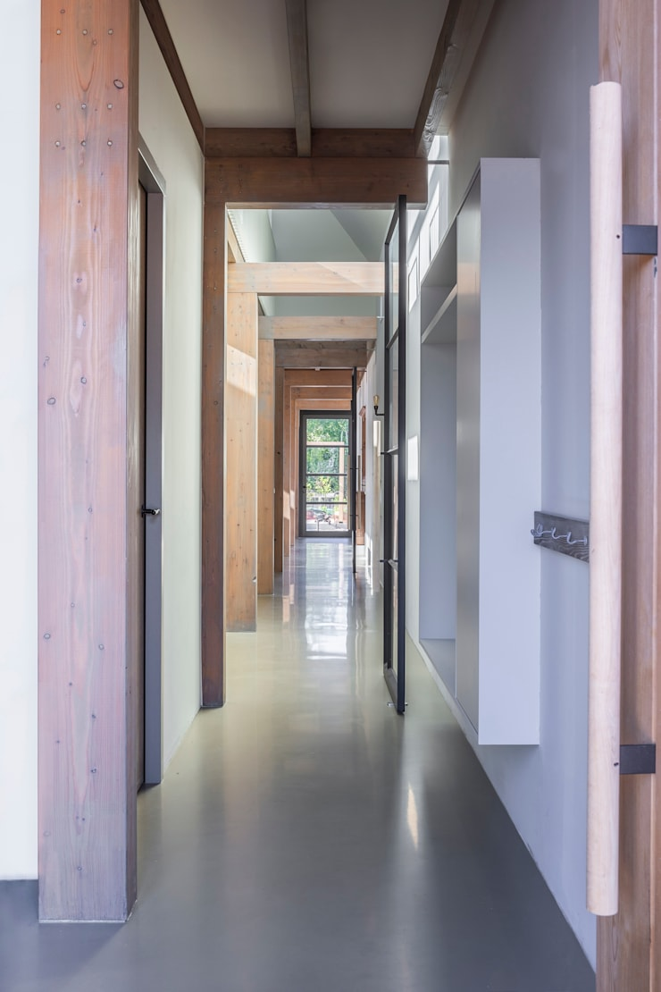 Corridor and hallway by Boon architecten, Modern Solid Wood Multicolored