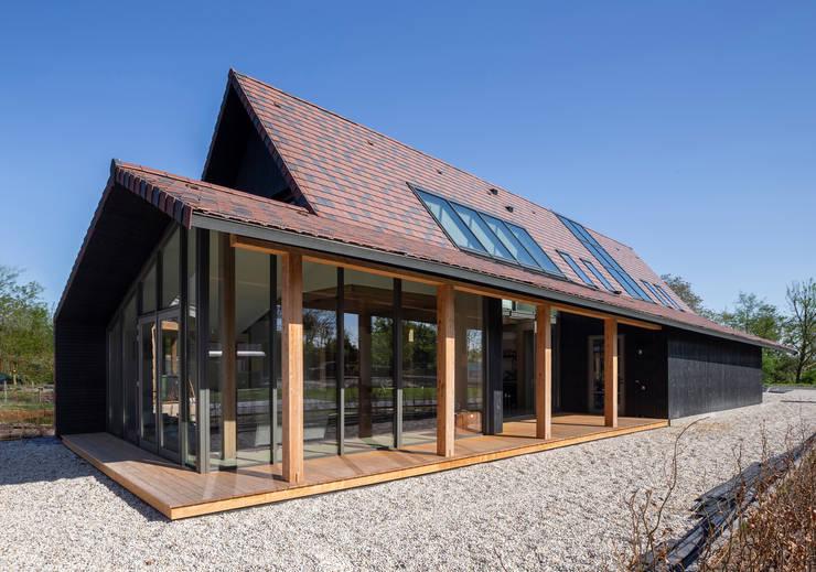 Деревянные дома в . Автор – Boon architecten, Модерн Твердая древесина Многоцветный