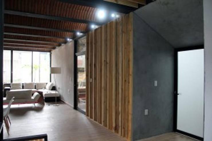 Casa Jardín: Puertas y ventanas de estilo  por Apaloosa Estudio de Arquitectura y Diseño