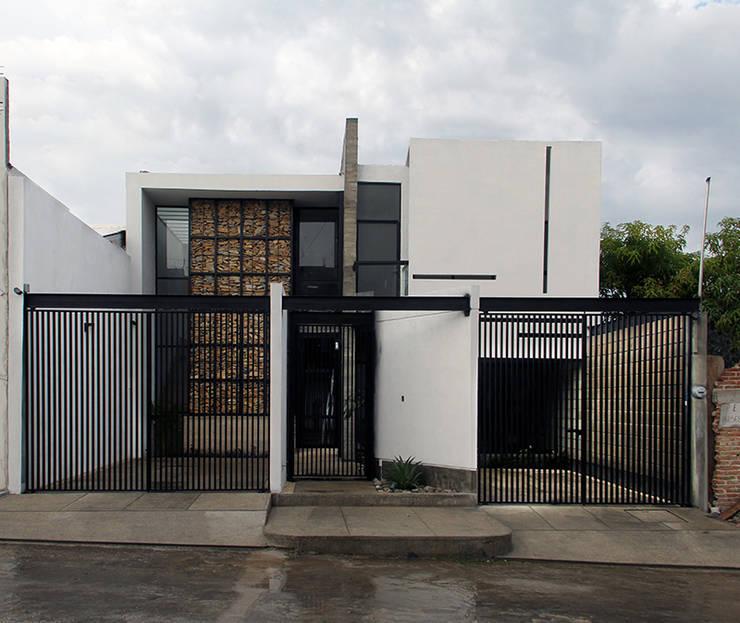 Casa Jardín: Casas unifamiliares de estilo  por Apaloosa Estudio de Arquitectura y Diseño
