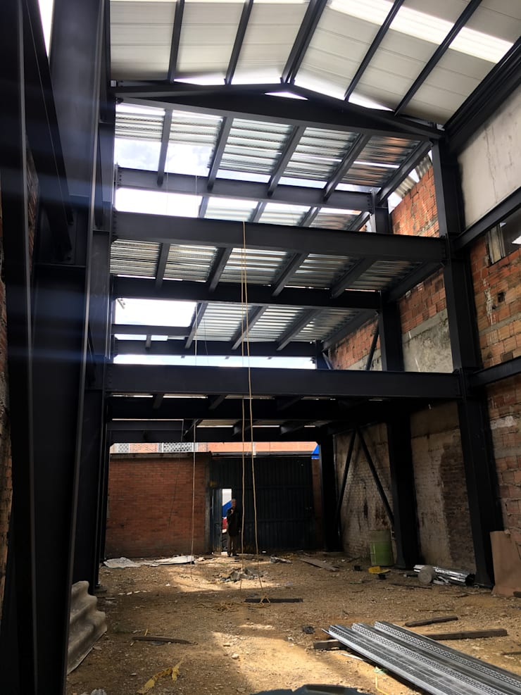 Vista interior en construccion - estructura metálica: Espacios comerciales de estilo  por Gliptica Design, Moderno Metal