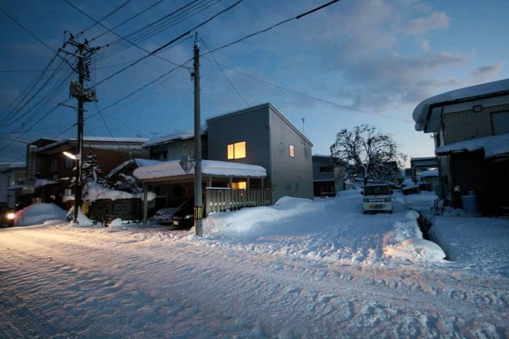 Rumah kayu oleh 塚野建築設計事務所, Minimalis Metal