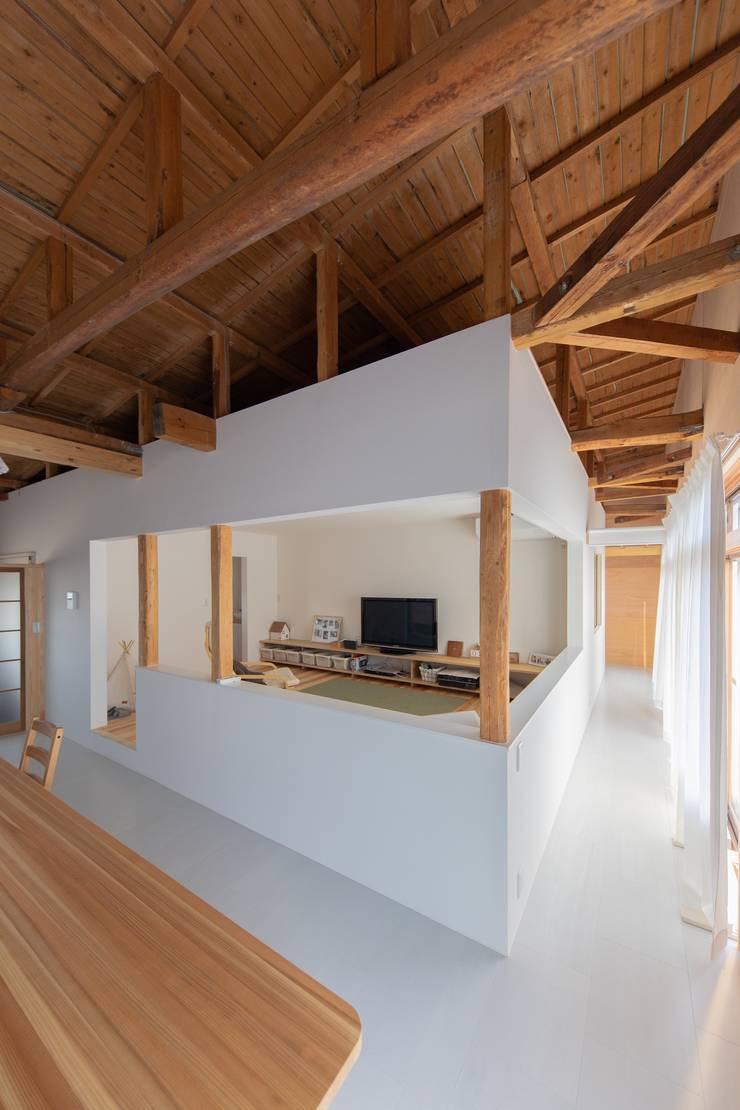 ห้องนั่งเล่น โดย インデコード design office, โมเดิร์น ไม้ Wood effect