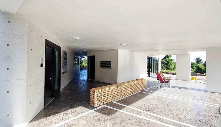 Garajes de estilo  por 건축사사무소 지음