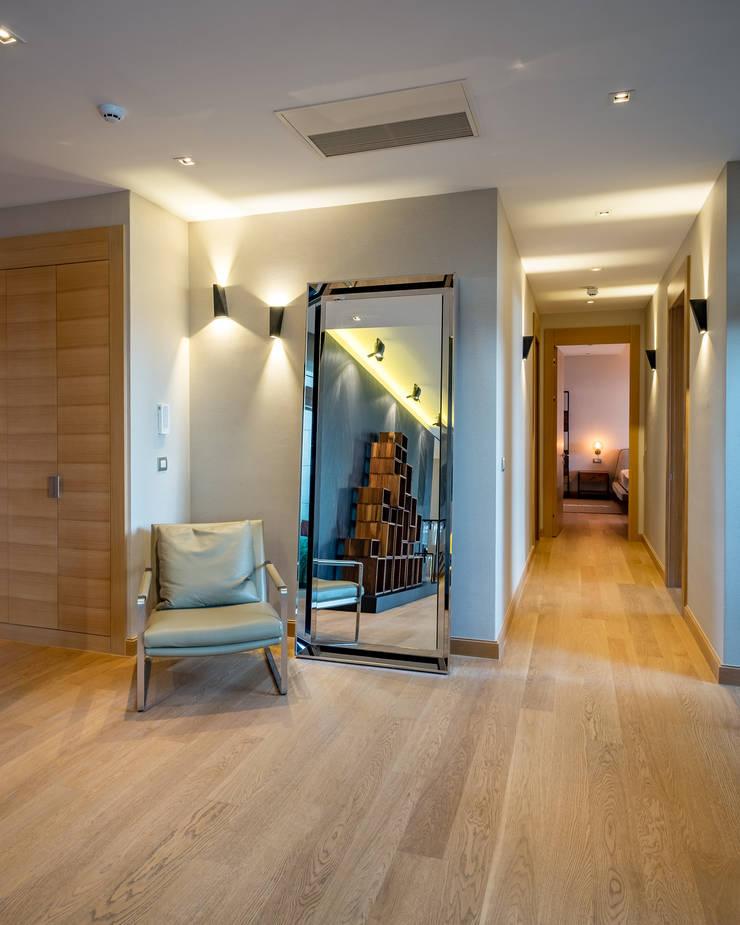 Corridor & hallway by Slash Architects