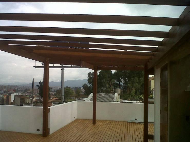 PERGOLAS EN MADERA: Balcones y terrazas de estilo  por TECAS Y MADERAS DE COLOMBIA SAS