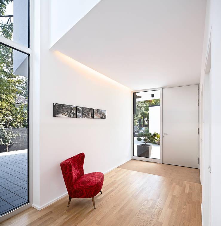 Wohnhaus C in Mainz Eingangsbereich:  Flur & Diele von Lennart Wiedemuth / Architekturfotografie