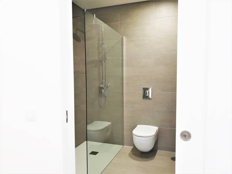 Salle de bains de style  par Jesus Correia Arquitecto,