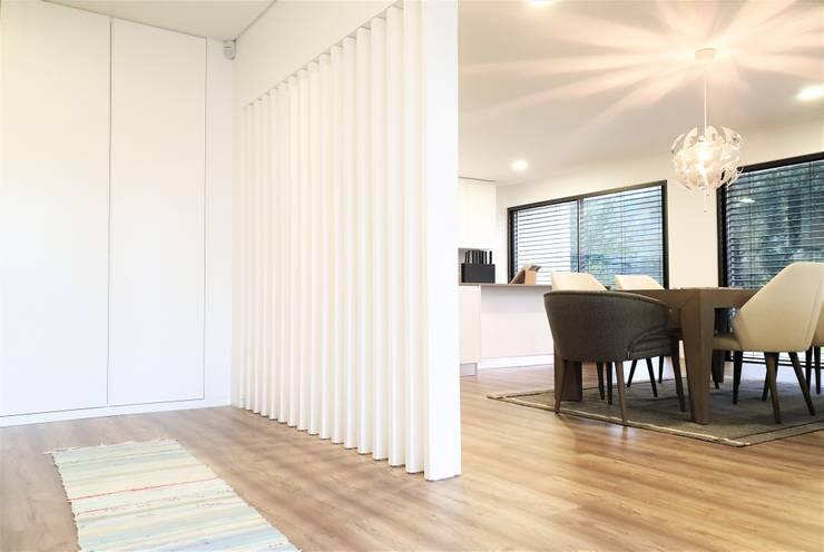 Couloir et hall d'entrée de style  par Jesus Correia Arquitecto,