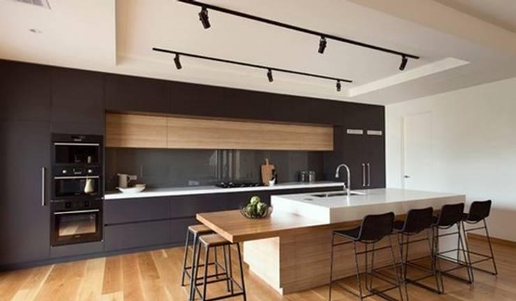Phòng bếp đơn giản mà khác biệt:   by Kiến trúc Doorway