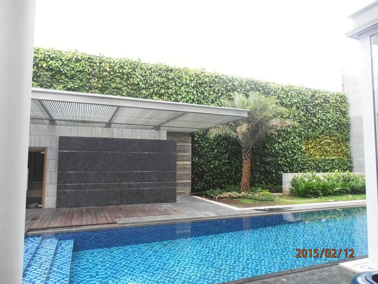 Konsep Taman Vertikal Dengan Kolam Renang:  Hotels by Tukang Taman Surabaya - flamboyanasri