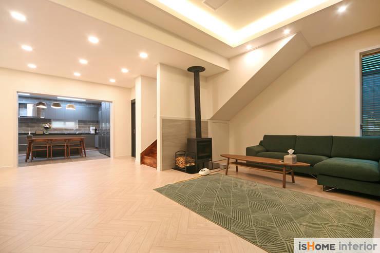 화이트 그레이 모던하고 심플한 복층 주택 인테리어: 이즈홈의  거실,