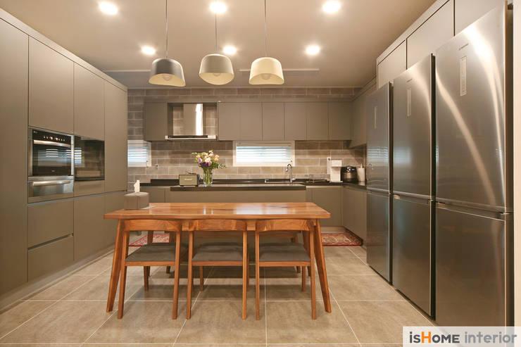 화이트 그레이 모던하고 심플한 복층 주택 인테리어: 이즈홈의  주방