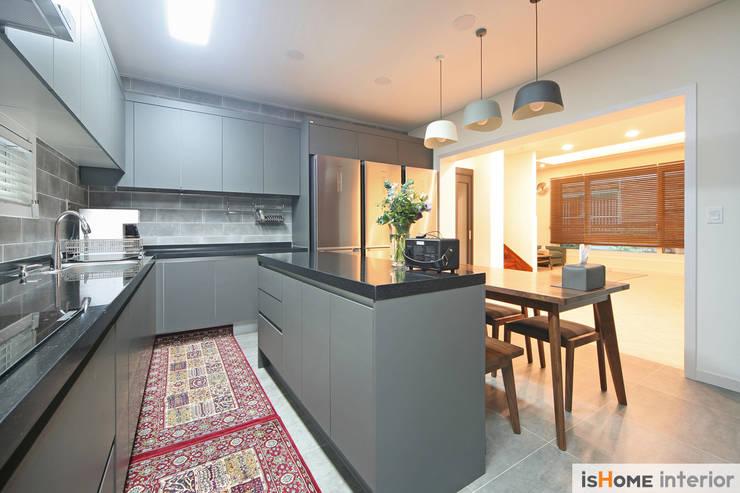 화이트 그레이 모던하고 심플한 복층 주택 인테리어: 이즈홈의  주방,
