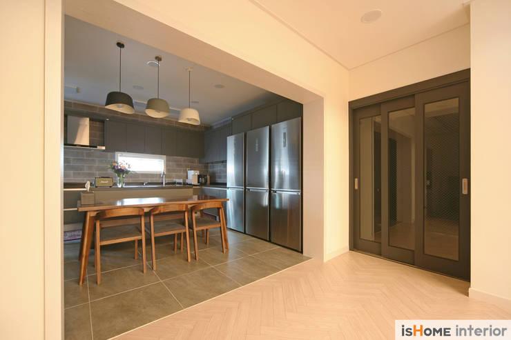 화이트 그레이 모던하고 심플한 복층 주택 인테리어: 이즈홈의  복도 & 현관,