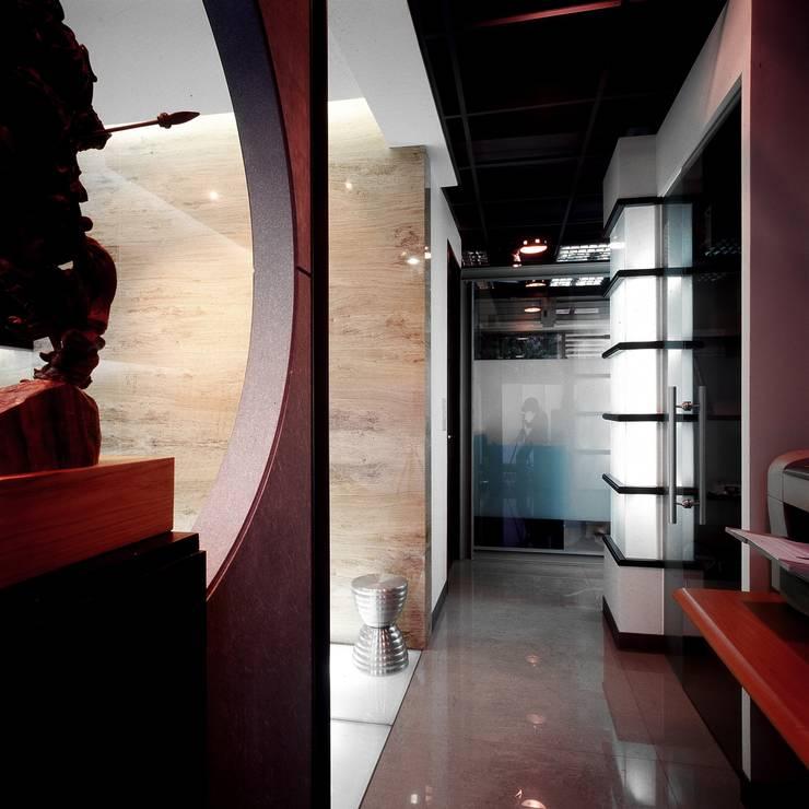 Negozi & Locali commerciali in stile  di 京采空間設計, Industrial