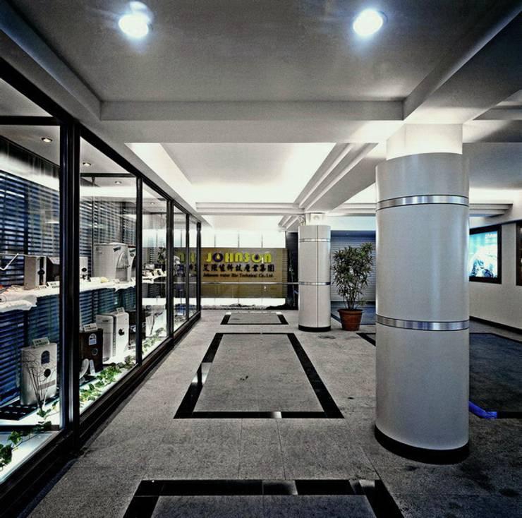 艾強生淨水科技事業集團- 板橋廠區:  辦公大樓 by 京采空間設計