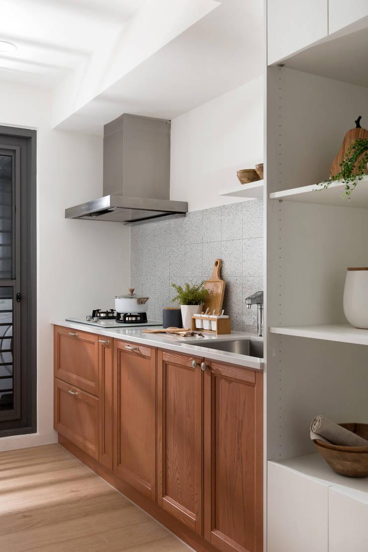 翩翩:  廚房 by 寓子設計