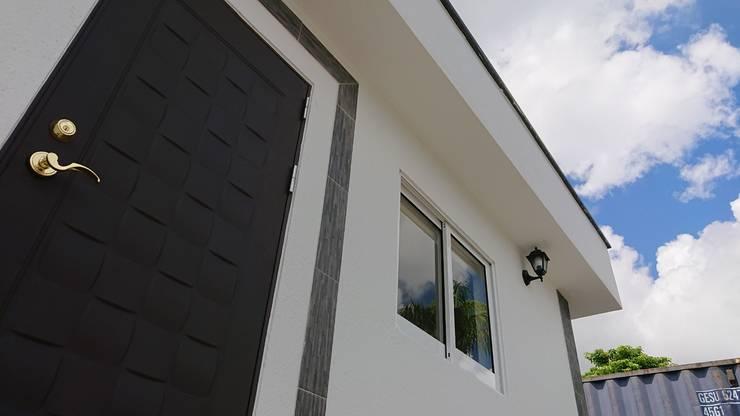 舒適的住家品質-黑白灰簡潔設計:  平房 by 築地岩移動宅