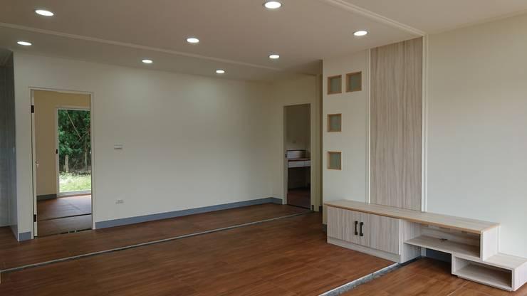 舒適的住家品質-黑白灰簡潔設計:  客廳 by 築地岩移動宅